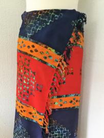 Dubbel batik sarong XL. Uit de Busana Agung collectie en gemaakt met de BingBatik techniek uit Indonesie. 115x 200 cm. 100% rayon. Wasbaar op 30 graden. Met sarongknoop.