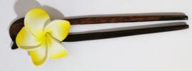 Knot speld Bali palisander hout. met gele frangipani bloem.  19 cm lang.