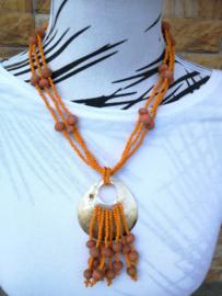 Zomerse halsketting. Parelmoer met driedubbel snoer. Sluit met kokosknoopje en lusje. Totale lengte 70 cm.