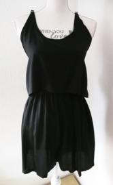 Korte jumpsuit zwart Met elastische taille, dubbel losvallend bovenpand, gerimpeld achter. Verstelbare schouderbandjes. Bovenwijdte tot 92 cm, taille tot 80 cm, hoogte  bovenstukje 23 cm. 100% rayon. Maat 36/40.