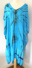 Schitterende oversized tie dye kaftan met unieke print.  Aangeknipte mouw en a-symetrische zoom. Lang model. Turqoise/zwart/antraciet. Bovenwijdte 160 cm, lengte voor 100 cm, lengte achter 125 cm. 100% rayon.