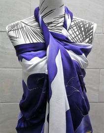 Unieke hand gewaxte en gebatikte sarong uit het atelier van Putu uit Singaraja. 120x180 cm. Zware kwaliteit 280 gram. 100% Rayon (kunstzijde) wasbaar op 30 graden. Met sarongknoop.