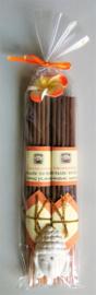 Heerlijk geurend wierook cadeausetje met +/-  10 stokjes Ylang ylang & 10 stokjes Sandelwood en een handgemaakt stenen Boeddha houdertje.  Versierd met oranje Frangipani bloemetje.