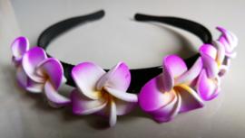 Diadeem met lila frangipani bloemen. Kindermaat, stevig model.