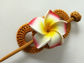 Knot speld. Bali rotan handwerk. Met wit/rode frangipani bloem. 13,5 cm lang.