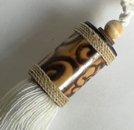 Embrasse van bewerkt palmhout, afgewerkt met touw en een kokosknoopje met houten kraal. Met dik wit sierkoord en kwast. 1 stuk. Lengte koord 30 cm Handmade Bali.