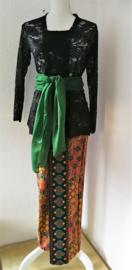 Weergaloos traditionele Balinese set. Kebaya zwart. Bovenwijdte 92 cm, taille 86 cm. Authentieke jarik de Balinese sarong/rok, met selendang. 100% rayon. Met elastische taille en diep loopsplit. Jarik behoort strak te zitten. Ned maat 36/38.