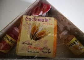 Verwensetje. Prachtige doosje van  'Bali Sand craft'.  Inhoud: 2 x 4,5 ml Essential Frangipani en Strawberry oil en 50 gram Chempaka Soap