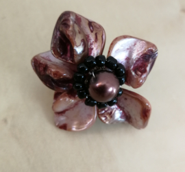 Artistieke ring in bruin tinten. Gemaakt van rond geslepen parelmoer schelpjes.  Verstelbaar, nikkelvrij. 3,5 cm.