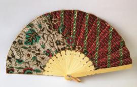Kleurrijke waaier. Bamboe met batik stof. 19 cm