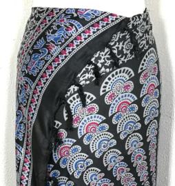 Sarong pauw, zwart/multi. Symbool van onsterfelijkheid.