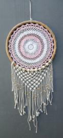Geboorte Mandala roze/wit. De cirkel van het leven. Met mala's en bamboo ring. Lengte 107 cm, diameter 40 cm.