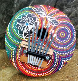 Authentieke Balinese kalimba/duimpiano. Bespeel hem intuitief met je duimen en geniet van het Bali geluid. Beschilderde kokosnoot. Diameter 15 cm