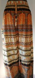 Broek '1001 nacht' abrikoos. Met breed elastiek in taille/ heupband, sierkoordje aan voorzijde, opgestikt zijvakje en elastiek in enkels. Binnenbeenlengte  75 cm. Heupwijdte tot 1.20 m, taille tot max 90 cm. 100% rayon.