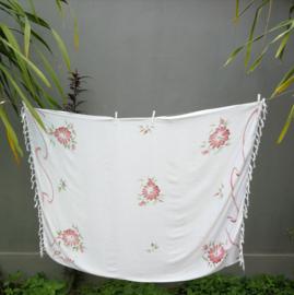 Sarong wit Bali roos. 115x150 cm 100% Rayon (kunstzijde) wasbaar op 30 graden.  Met sarongknoop.