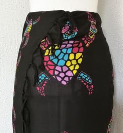 Sarong Bali Turtle zwart. Symbool voor een lang leven, kracht en betrouwbaarheid. 115 x 160 cm. 100% rayon (kunstzijde) wasbaar op 30 graden.  Met sarongknoop.