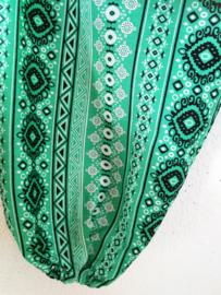 Jumpsuit 'lentegroen'. Strapless gesmockt bovenlijfje, wijd uiteenlopende pijpen, elastiek in de enkels. 100% zacht glanzende rayon. Maat 36 t/m 42.