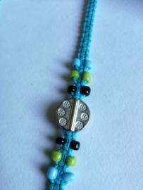 Macramé bracelet blauw. Met Balinees geluksmuntje, 29 cm. Max 1 product per bestelling.