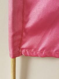 Umbul Umbul vlaggetje roze 56 cm. Umbul Umbul betekent 'staart van de draak'. De vlag wordt in de grote versie van 3 meter ter bescherming gebruikt bij Balinese ceremonies. De onderkant van de vlag vrij moet hangen, om boze geesten te weren.