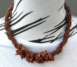 Schitterend necklace bruin, gedraaid bewerkt met kleine kraaltjes en steentjes. Lengte 50 cm en verstelbaar in drie maten.