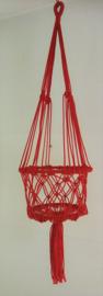 Vrolijke zomerse macramé plantenhanger rood. Diameter 22 cm, lengte ophangkoord 61 cm, totale lengte 1.01 cm, 100% nylon.