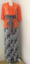 Weergaloos zomerse Balinese set. Kebaya oranje met 3/4 mouwtje. Bovenwijdte tot 84 cm, taille tot 74 cm. Maxi rok met twee loopsplitten in prachtig grijs/oranje paisley motief. Elastische band achter. Taille 74 cm. Lang 99 cm. Maat 36. Met selendang.