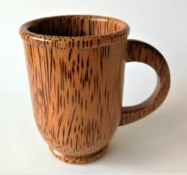 Stevige drinkbeker van gelakt palmhout.