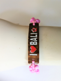 Macramé bracelet 'Í love Bali' roze. Met houten plaatje en kraaltjes. Verstelbaar tot 30 cm. Handwerk.