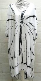 Schitterende oversized tie dye kaftan met unieke print.  Aangeknipte mouw en a-symetrische zoom. Lang model. Wit/zwart/grijs. Bovenwijdte 168 cm, lengte voor 103 cm, lengte achter 126 cm. 100% rayon.