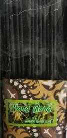 Giftset met mandala brander zwart of grijs. Deksel beschilderd Bali zand. Inhoud: wierookhouder, Frangipani en Ylang Ylang insence sticks, 2 waxinelichtjes, stenen schaaltje en 5 x 4,5 ml Essential Oils - Cempaka, Lavendel, Jasmine, Ylang Ylang en Swood.