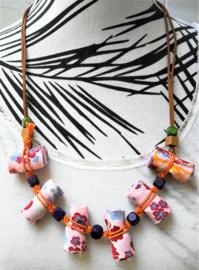 Halsketting met zes mini opgerolde batik sarongs en houten kralen. Met verstelbaar koord.