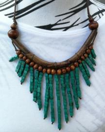 Halsketting. Palisander met  houten kralen groen. Lengte koord 37 cm. Verstelbaar.