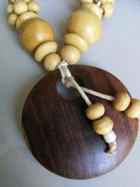 Verfijnd halskettinkje van koksnoot met sawohout. Sluit met kokosnoot knoopje. Totale lengte 31 cm.