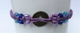 Macramé bracelet lila. Met Balinees geluksmuntje, 29 cm. Max 1 product per bestelling.