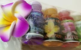 Treetje van Sawohout met 5 olietjes van 4,5 ml. Lavendel, Frangipani, Lotus, Green Tea en Cempaka (Magnolia). Voor gebruik in een brandertje of verdamper.