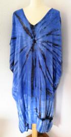 Schitterende oversized tie dye kaftan met unieke print.  Aangeknipte mouw en a-symetrische zoom. Lang model. Diepblauw/zwart. Bovenwijdte 160 cm, lengte voor 100 cm, lengte achter 125 cm. 100% rayon.