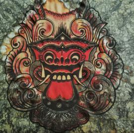 Herenshirt Bali tie dye. Met de draakleeuw uit de barongdans. Met rafelranden aan mouw en boord en twee knoopjes.  Breedte 120 cm, lengte 72 cm. 100 % rayon. Maatbereik t/m maat 58.