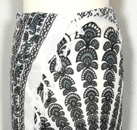 Sarong pauw, zwart/antraciet/wit. Symbool van onsterfelijkheid.