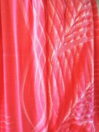 Sierlijk strapless jurkje van sarongstof 'Infinity', rood. Watervalzoom en gesmockt zwart bovenlijfje, halterbandje en zijsplitje, lengte 111 cm  vanaf bovenkant smockrand. 100% rayon.