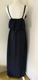 Voor lange zwoele zomerdagen. Maxi jurkje diepblauw, elastische taille, dubbel losvallend bovenpand, gerimpeld achter. Verstelbare schouderbandjes, zijsplitjes. Lang 138 cm. Bovenwijdte tot 82 cm, taille 74 cm, heup tot 108 cm. 100% rayon. 36/40