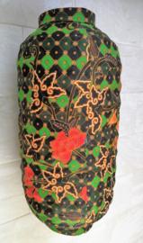 Prachtige ovaalvormige stoffen batik hanglamp. Fitting en snoer niet inbegrepen. Diameter 34 cm, 60 cm lang.