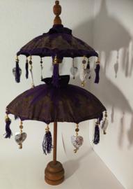Traditionele ceremoniële Balinese  parasol. Schitterend handwerk, met zeer bijzondere authentieke  details afgewerkt. Op houten teakhouten voet. Hoogte 94 cm. Diameter parasols 58 en 46 cm.