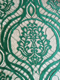 Schitterend kant voor kebaya's. Donker groen, 142x255 cm. Goed voor twee kebaya's maat 42/44. Aan drie zijden een zelfkant. 100% elastische kanten rayon. Wasbaar op 30 graden