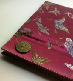 Handgemaakt opschrijfboek rode kool. Ongebleekt rijstepapier met schitterende velourse stoffen kaft vol vlinders. met drie kokosknopen 20x23x1,5 cm.