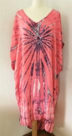 Schitterende oversized tie dye kaftan met unieke print.  Aangeknipte mouw en a-symetrische zoom. Lang model. Pastel/ grijs-multi. Bovenwijdte 160 cm, lengte voor 100 cm, lengte achter 125 cm. 100% rayon.