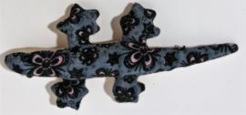 Baby Gekko blauw 13 cm.  De gekko staat symbool voor geluk, bescherming en een lang en vruchtbaar leven.  Wordt geleverd in een prachtig batik zakje.