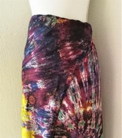 Exclusieve dubbel batik sarong XXL 'Gnung Agung'. Gemaakt volgens de BingTechniek uit Indonesie.Van extra zware kwaliteit. 110x 200 cm, met sarongknoop. 100 % rayon.