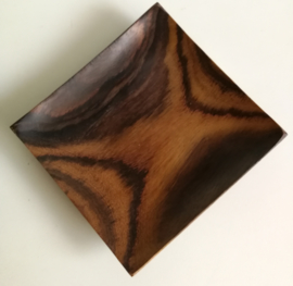 Vierkant schaaltje van Palisander hout. 12x12 cm. Een zeer duurzame houtsoort die geen vet of kleurtjes opneemt, en niet rafelt of splijt.