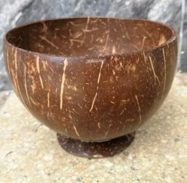 Klapperdop, eetkom gemaakt uit de kokosnoot schil. Oersterk,  je kan er bijvoorbeeld hete soep uit eten. Mooi voor aan de Indische tafel. Onze klapperdoppen zijn voorzien van een voetje.  Diameter 12 cm.