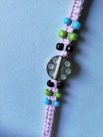 Macramé bracelet roze. Met Balinees geluksmuntje, 29 cm. Max 1 product per bestelling.